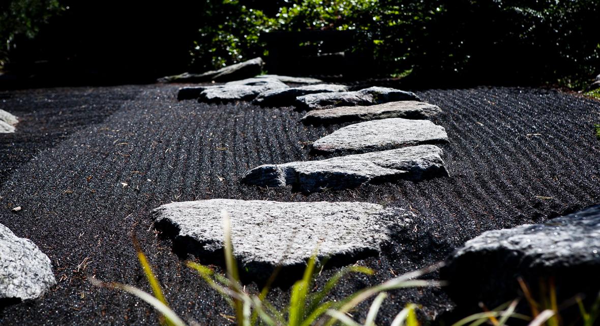 roche sur du sable en noir